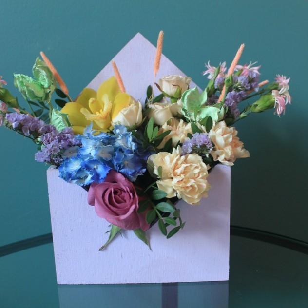 Цветы в деревянном конверте
