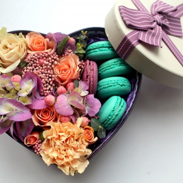 Цветочное сердце с макаронс